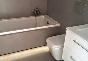 Salle de bains avec WC suspendu